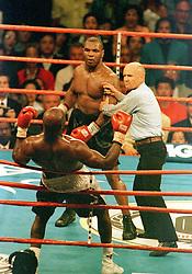 May 28, 1997 - 970528 Domaren Mills Lane bryter matchen sedan Mike Tyson bitit Evander Holyfield i  šrat.© 7 Bildbyran. (Credit Image: © Bildbyran via ZUMA Press)