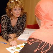 NLD/Huizen/20061031 - Buurtcentrum de Draaikom Huizen mw. Lydia Chrispijn geeft taalles aan allochtonen