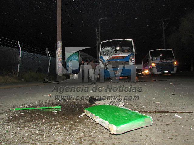 Toluca, México.- Diez personas resultaron lesionadas al registrarse el choche de dos autobuses del transporte público mientras circulaban sobre Paseo  Tollocan, cerca de la zona industrial, unidades del SUEM atendieron el percance y trasladaron a los heridos al nosocomio más cercano. Agencia MVT / Jaime Arriaga