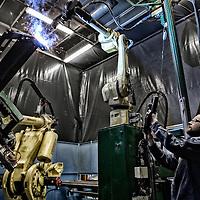 Tema: Danmark som produktions land. Tema om Danmark som produktions land. her er vi på besøg hos Højbjerg maskine fabrik hvor robotterne blandt andet bruges som svejse robotter.<br /> Her er det Robot operatør Michael Olsen på 38 der har været robot operatør i fire år