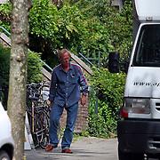 NLD/Amsterdam/20070725 - Verhuizing van Jack Spijkerman na zijn scheiding, schilderijen worden het huis ingedragen door verhuizers en Jack zelf