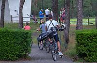 NUNSPEET - op de fiets naar de golfbaan,  Golf op Rijk van Nunspeet.   COPYRIGHT KOEN SUYK