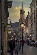 2020-02-08 Kraków Rynek Główny. Widok na Bazylikę Mariacką od strony Placu Szczepańskiego w Krakowie