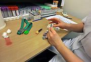 Nederland, Nijmegen, 29-12-2011Bij een patient in een ziekenhuis worden buisjes bloed afgenomen, en van een sticker, label, voorzien. Zij worden door het CKCL, centraal klinisch chemisch laboratorium, onderzocht.Foto: Flip Franssen