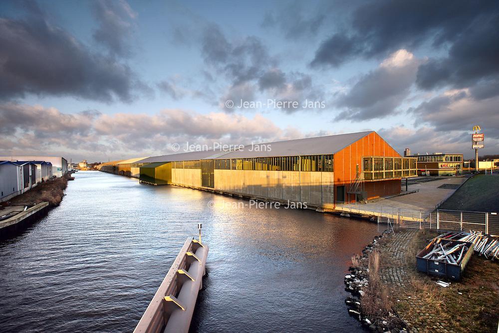 Nederland, Zaandam , 19 januari 2012..De Bruynzeelloodsen gezien vanaf het kanaal..Foto:Jean-Pierre Jans