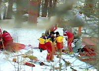 Alpint: 08.12.2001 Val d'Isere, Frankreich, <br />Sanitater und Pistenarbeiter bergen den verungluckten Schweizer Silvano Beltrametti nach seinem Sturz am Samstag.<br /><br />Foto: Digitalsport