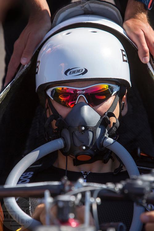 Sebastiaan Bowier test het nieuwe luchtmasker. Het Human Power Team Delft en Amsterdam, bestaande uit studenten van de TU Delft en de VU Amsterdam, trainen op de RDW baan in Lelystad voor de laatste keer voor de recordpoging. In september wil het team met Jan Bos en Sebastiaan Bowier het snelheidsrecord op de fiets te verbreken. Dat record staat nu op 133 km/h.<br /> <br /> Sebatsiaan Bowier is testing the air mask. Human Power Team Delft and Amsterdam are having the last training for the record attempt in Battle Mountain (USA) at the RDW test track in Lelystad. The team will try to break the world speed record with a human powered vehicle with riders Jan Bos and Sebastiaan Bowier. The record is now at 133 km/h..