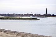 Nederland, Ooij, 20-12-2020Op deze zondag in de tweede lockdown zijn veel mensen buiten aan de wandel . Hier langs de Waal . Een schip vaart voorbijFoto: ANP/ Hollandse Hoogte/ Flip Franssen