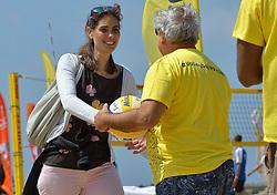20150627 NED: WK Beachvolleybal day 2, Scheveningen<br /> Nederland heeft er sinds zaterdagmiddag een vermelding in het Guinness World Records bij. Op het zonnige strand van Scheveningen werd het officiële wereldrecord 'grootste beachvolleybaltoernooi ter wereld' verbroken. Maar liefst 2355 beachvolleyballers kwamen zaterdag tegelijkertijd in actie / Nevobo VeVa Ekkelenkamp en FIVB President Dr. Ary S. Graça