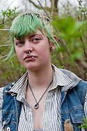 """Unter der Kersten-Miles-Brücke wohnt seit Monaten eine Gruppe obdachloser Punks. Zu Besuch bei den Jugendlichen. Asi hat schon vergangenen Sommer unter der Brücke Platte gemacht, seit Anfang März lebt sie mit ihrem Freund Tsecke wieder hier. Asi hat schon vergangenen Sommer unter der Brücke Platte gemacht, seit Anfang März lebt sie mit ihrem Freund Tsecke wieder hier (linke Seite unten). Wie lange<br /> sie in Hamburg bleibt, weiß die 20-Jährige nicht. """"Ich bin eine Reisende"""", sagt sie."""