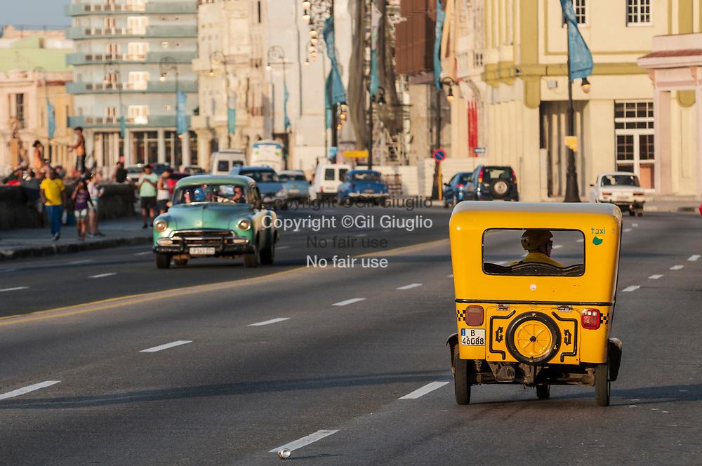 Cuba, La Havane, circulation sur Malecon au niveau de Habana Centro // Cuba, Havana, traffic on Malecon, area of Habana Centro