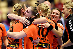 18-12-2015 DEN: World Championships Handball 2015 Poland  - Netherlands, Herning<br /> Halve finale - Nederland staat in de finale door Polen met 30-25 te verslaan / Lois Abbingh #8, Laura van der Heijden #6