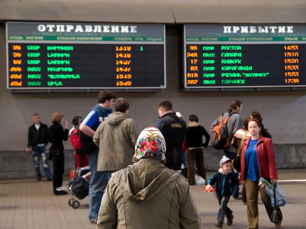Reisende in der Halle des Kasaner Bahnhofs (Kasanski woksal) welcher einer der neun Bahnhöfe in Moskau ist. Er liegt am Komsomolskaja-Platz, in unmittelbarer Nähe zum Jaroslawler und dem Leningrader Bahnhof, und ist bis heute einer der größten Bahnhöfe der russischen Hauptstadt. <br /> <br /> Travellers in the hall at the Kazansky Rail Terminal (Kazansky vokzal) which is one of eight rail terminals in Moscow, situated on the Komsomolskaya Square, across the square from the Leningradsky and Yaroslavsky terminals.