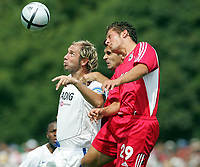 Fotball<br /> Tyskland 2004/05<br /> FC Thun v Hamburger SV<br /> 17. juli 2004<br /> Foto: Digitalsport<br /> NORWAY ONLY<br /> Sergej Barbarez HSV, Mario Raimondi, Baykal Kulaksizoglu Thun