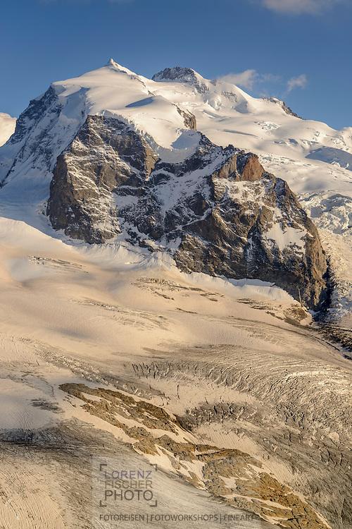 Monte Rosa mit Nordend und Dufourspitze über dem Gornergletscher vom Stockhorn am oberen Ende des Gornergrats in Zermatt im Kanton Wallis an einem bewölkten Abend im September
