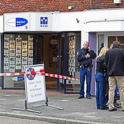NLD/20-04-2012/ - BUSSUM In een pand aan de Vlietlaan in Bussum is vrijdagochtend een steekpartij geweest.Het zou gaan om het kantoor van een makelaar (schout). Bij de steekpartij raakte één persoon ernstig gewond. Hij of zij is met spoed naar het ziekenhuis gebracht. Het zou gaan om een zakelijk conflict. De politie is massaal aanwezig bij het pand. Inmiddels heeft een verdachte zich gemeld bij de politie.