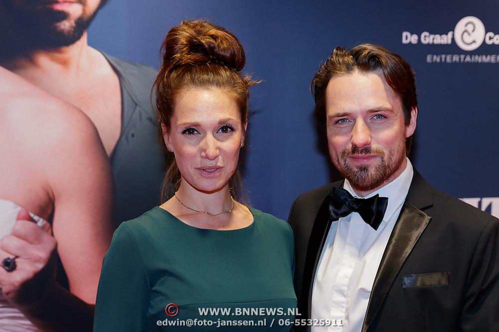 NLD/Amsterdam/20181022 - Inloop premiere Evita, Job Bovelander met partner Chava Voor in 't Holt Copyright Da