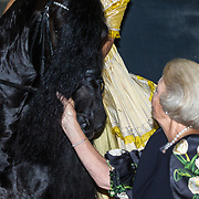 NLD/Leeuwarden/20180908 - Koning Willem Alexander en Beatrix aanwezig bij premiere de Stormruiter, Prinses Beatrix aait een paard