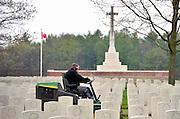 Nederland, Groesbeek, 2-5-2013Hoveniers zijn bezig met het onderhoud aan het groen van de Canadese militaire begraafplaats. Voor de dodenherdenking op 4 mei moet het gras mooi kort zijn. In Groesbeek landden in september 1944 parachutisten als onderdeel van de operatie Market Garden. Er zijn hier veel canadezen gesneuveld en begraven.Foto: Flip Franssen