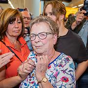 NLD/Amsterdam/20190519 - Songfestival winnaar 2019 Duncan Lawrance komt aan op Schiphol, oma met vermoedelijk zijn moeder op de achtergrond
