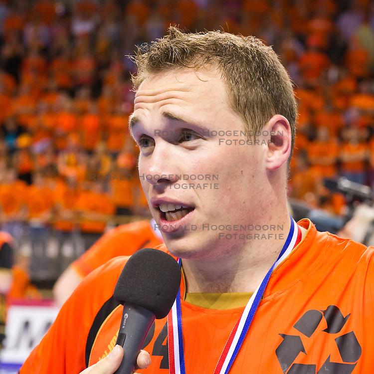 02-06-2011 HANDBAL: BEKERFINALE HURRY UP - O EN E: ALMERE<br /> Topscorer Ronald Suelmann tijdens een interview na de wedstrijd<br /> ©2011-FotoHoogendoorn.nl / Peter Schalk