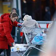 Yolande Adriaansens winkelend in Laren met haar 2 kinderen, Tamar en Ties