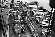 Nederland, Nijmegen, 15-12-1980Drukkerij van regionaal dagblad de Gelderlander.De drukpers wordt bediend door een drukker.Foto: Flip Franssen/Hollandse Hoogte