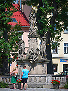 Figura wotywna Matki Bożej z Dzieciątkiem na rynku w Dusznikach-Zdroju, Polska<br /> Votive figure of Our Lady with Baby on the market place in Duszniki-Zdrój, Poland