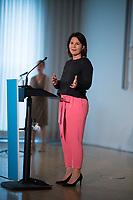DEU, Deutschland, Germany, Berlin, 24.08.2020: Annalena Baerbock, Bundesvorsitzende von BÜNDNIS 90/DIE GRÜNEN, bei einer Pressekonferenz im VKU Forum. Ihre Mund-Nase-Bedeckung hat Baerbock an den Drehknauf des Stehpults gehangen.