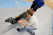 Gerard Arends monteert een transponder op de fiets van David Wielemaker