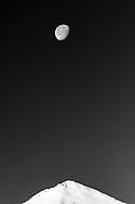 Mond über dem Gipfel des Piz Mez, Savognin, Parc Ela, Graubünden, Schweiz<br /> <br /> Moon over the summit of Piz Mez, Savognin, Parc Ela, Graubunden, Switzerland