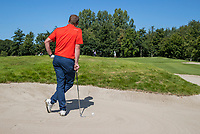 AMSTERDAM   - wachten, leunen op club in bunker.   , Golf, regels,    COPYRIGHT KOEN SUYK