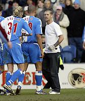 Fotball<br /> FA-cup 2005<br /> Burnley v Blackburn<br /> 20. februar 2004<br /> Foto: Digitalsport<br /> NORWAY ONLY<br /> A Burnley fan enetrs the pitch and confronts Robbie Savage