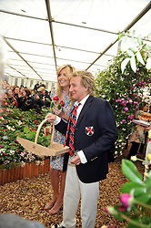 ROD STEWART and PENNY LANCASTER at the RHS Chelsea Flower Show 2009 held inthe gardens of the Royal Hospital Chelsea on 18th May 2009.