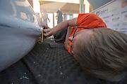 Het Human Power Team Delft en Amsterdam is aangekomen in Battle Mountain en begint met de voorbereidingen. In Battle Mountain (Nevada) wordt ieder jaar de World Human Powered Speed Challenge gehouden. Tijdens deze wedstrijd wordt geprobeerd zo hard mogelijk te fietsen op pure menskracht. Ze halen snelheden tot 133 km/h. De deelnemers bestaan zowel uit teams van universiteiten als uit hobbyisten. Met de gestroomlijnde fietsen willen ze laten zien wat mogelijk is met menskracht. De speciale ligfietsen kunnen gezien worden als de Formule 1 van het fietsen. De kennis die wordt opgedaan wordt ook gebruikt om duurzaam vervoer verder te ontwikkelen.<br /> <br /> The Human Power Team Delft and Amsterdam has arrived in Battle Mountain and is preparing for the races. In Battle Mountain (Nevada) each year the World Human Powered Speed Challenge is held. During this race they try to ride on pure manpower as hard as possible. Speeds up to 133 km/h are reached. The participants consist of both teams from universities and from hobbyists. With the sleek bikes they want to show what is possible with human power. The special recumbent bicycles can be seen as the Formula 1 of the bicycle. The knowledge gained is also used to develop sustainable transport.