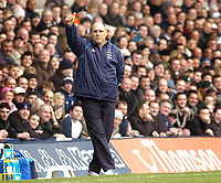 Photo: Leigh Quinnell.<br /> Tottenham Hotspur v Charlton Athletic. The Barclays Premiership. 05/02/2006. Tottenham boss Martin Jol gives the thumbs up to the fans.