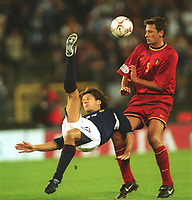 Fotball: VM-kvalifisering. Belgia-Skottland 0-2. v.l. Scott BOOTH Schottland, Nico VAN KERKHOVEN<br />  WM-Quali           Belgien - Schottland     2:0