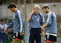 Fotball<br /> Trening Tyskland<br /> 16.08.2004<br /> Foto: Witters/Digitalsport<br /> NORWAY ONLY<br /> <br /> v.l.: Michael Ballack - Jürgen Klinsmann Bundestrainer - Torsten Frings