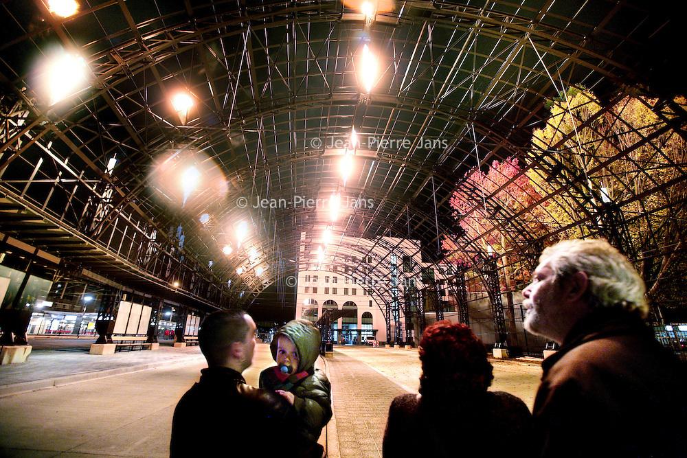 Nederland,Heerlen ,21 oktober 2008..Het nieuwe busstation van Heerlen is deze week het podium voor een installatie van de bekende Franse vuurwerkgroep Groupe F..Vanaf de overkappingen spuiten vlammen tot negen meter de lucht in. Het nieuwe busstation is onderdeel van het masterplan Maandkwartier, dat in de toekomst ook een nieuw treinstation woningen, winkels en kantoren omvat. Fireworks during the opening of the new bus station in Heerlen, the Netherlands.
