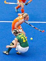 ARNHEM - Maartje Paumen wordt hard aangevallen door de Zuidafrikaanse Bernadette Coston, tijdens de strafcorner , donderdag tijdens de oefenwedstrijd tussen de vrouwen van Nederland en Zuid Afrika. COPYRIGHT KOEN SUYK