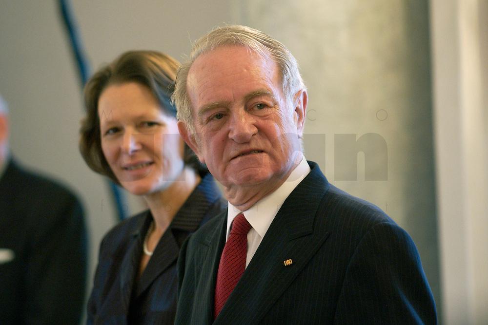 07 JAN 2004, BERLIN/GERMANY:<br /> Johannes Rau (R), Bundespraesident, und seine Frau Christina Rau (L), waehrend dem Neujahrsempfang des Bundespraaesidenten, Schloss Bellevue<br /> IMAGE: 20040107-01-003<br /> KEYWORDS: Empfang, Neujahr, Bundespräsident, Gattin, Praesidentengattin, Präsidentengattin, Defilee