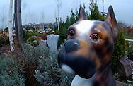 Deutschland, DEU, Berlin, 2002: Tierfriedhof. Das Berliner Tierheim ist das groesste und modernste auf der Welt. | Germany, DEU, Berlin, 2002: Animal cemetery at the world's biggest and most modern animal shelter in Berlin. |