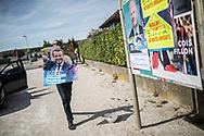 10042017. Marsannay-la-Côte. Les militants macronistes d'En marche ! dans la région dijonnaise. Tournée de collage d'affiches d'Emmanuel Macron avec le militant Mohamed EL BASSRI.