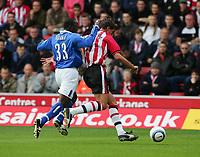 Fotball<br /> Premier League 2004/05<br /> Southampton v Birmingham<br /> 24. oktober 2004<br /> Foto: Digitalsport<br /> NORWAY ONLY<br /> CLAUS LUNDEKVAM UNDER PRESSURE FROM DWIDGT YORKE