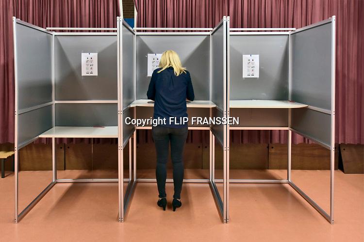 Nederland, Oss, 23-5-2019SP fractieleider Lilian Marijnissen brent haar stem uit voor het europees parlement bij het stembureau in  basisschool de Korenaer .Foto: Flip Franssen