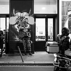mercredi 26 octobre 2016, 19h58, Paris IX. De façon à assurer la sécurité des files de spectateurs s'apprêtant à rentrer dans le théâtre, la patrouille Sentinelle du 2ème Régiment Etranger d'Infanterie s'arrête quelques minutes dans la rue. <br /> <br /> Découvrir le livre Sentinelles, ils veillent sur Paris http://www.editionspierredetaillac.com/nos-ouvrages/catalogue/beaux-livres/sentinelles-ils-veillent-sur-paris