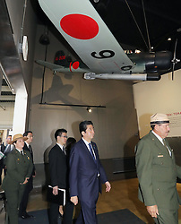 US-Präsident Barack Obama und Japans Premier Shinzo Abe beim Gedenken an die Opfer des japanischen Angriffs auf Pearl Harbor vor 75 Jahren / 271216<br /> <br /> <br /> <br /> ***Japanese Prime Minister Shinzo Abe (2nd from R) visits USS Arizona Memorial Visitor Center in Hawaii on Dec. 27, 2016. At Pearl Harbor, Abe, together with U.S. President Barack Obama, commemorated those who died in the Japanese surprise attack there in 1941.***