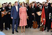 Staatsbezoek van Koning Willem Alexander en Koningin Máxima, aan de Portugese Republiek.<br /> <br /> Statevisit of King Willem Alexander and Queen Maxima to the republic of Portugal<br /> <br /> Op de foto / On the photo: Ontmoeting met studenten op de  Universiteit Lissabon waar bij aankomst een muzikaal onthaal is in foyer door studenten in traditionele klederdracht ('tuna'). //// Meeting with students at the University of Lisbon where a musical reception is available in the lobby by students in traditional clothing ('tuna').