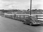 01/02/1957<br /> 02/01/1957<br /> 01 February 1957<br /> View of New Ross, Co. Wexford on the river Barrow. 4CV car
