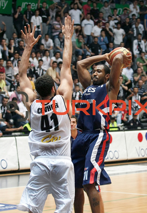 Efes Pilsen's Bootsy THORNTON (R) during their Turkish Basketball league Play Off semi final second leg match Besiktas between Efes Pilsen at the BJK Akatlar Arena in Istanbul Turkey on Wednesday 12 May 2010. Photo by Aykut AKICI/TURKPIX